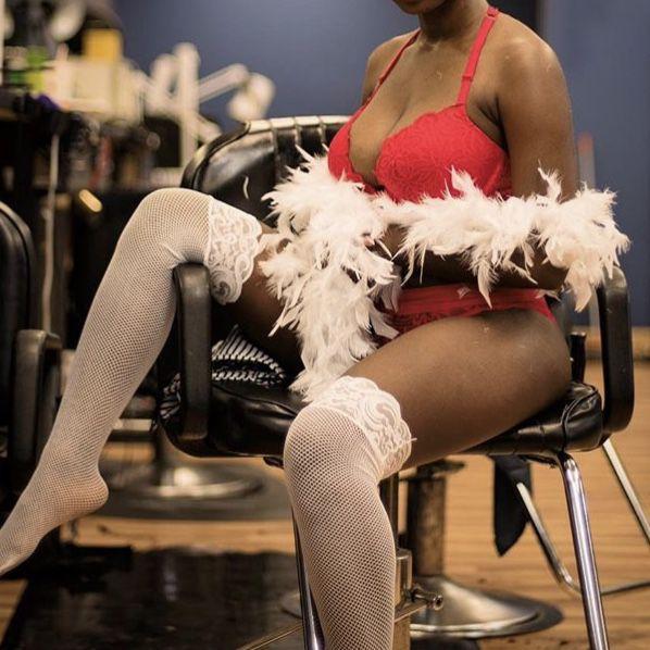 Très jolie jeune femme dominante cherche money slave à Paris